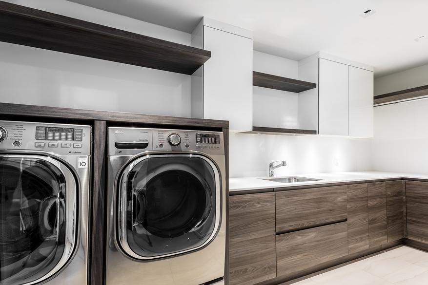 Salle de lavage moderne en bois.