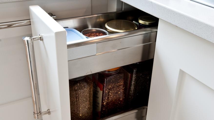 Tiroir conçu sur mesure pour ranger facilement les épices