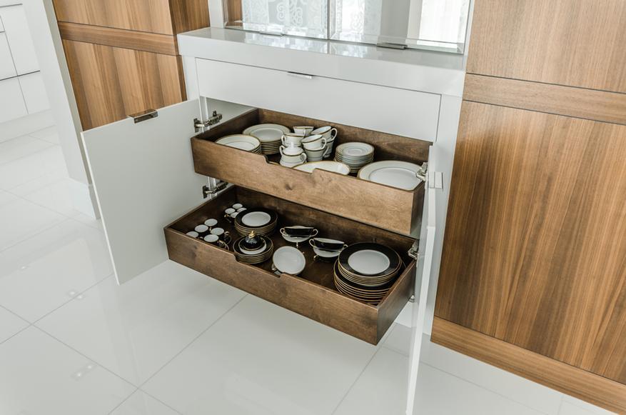Des accessoires de rangements dans une armoire de cuisine avec des petits pots