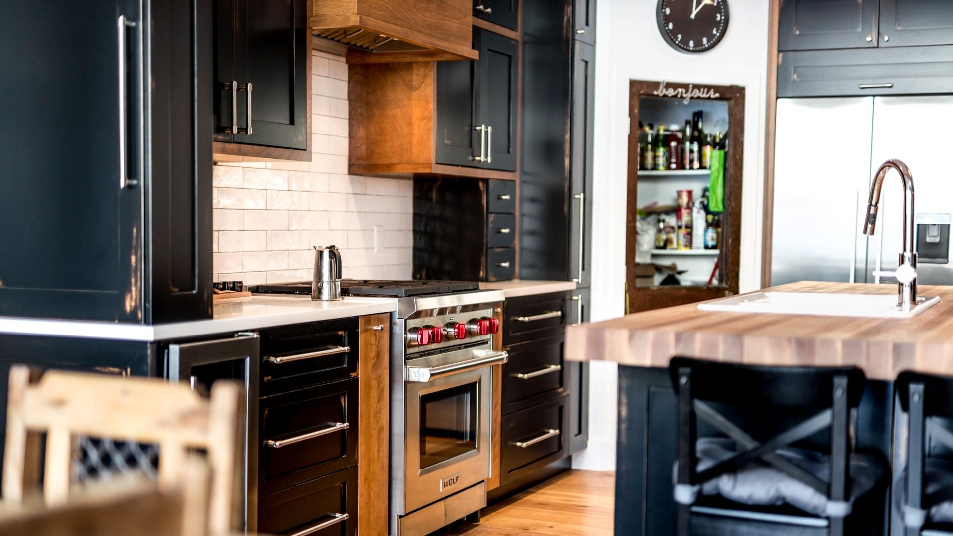 Cuisine de style urbain. La majorité des armoires sont en bois de différentes essences et textures pour donner du relief à l'ensemble.