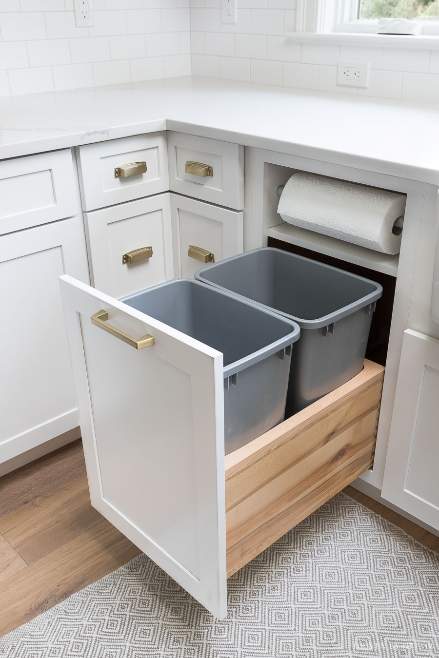 Waste bins integrated in a kitchen cabinet