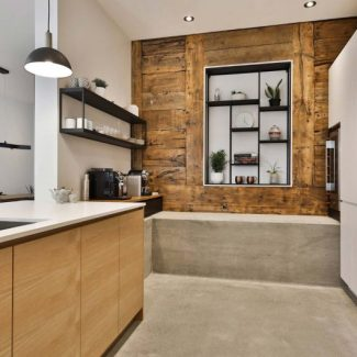 The kitchen wall has been redesigned to integrate storage space.