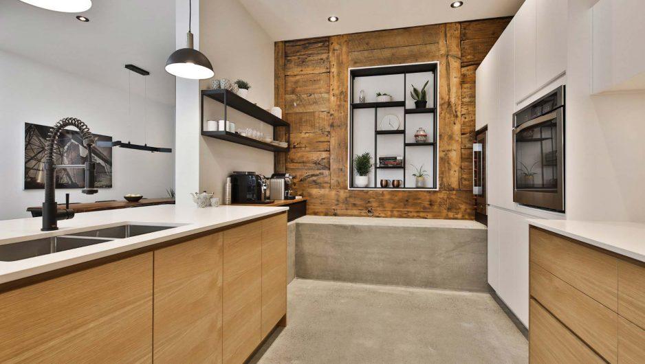 Le mur de la cuisine a été repensé pour intégrer des rangements.