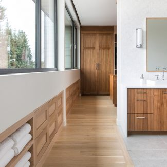 Luminous bathroom in wood