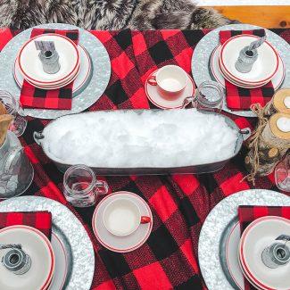 Table dressée et décorée sur le thème du temps des sucres.