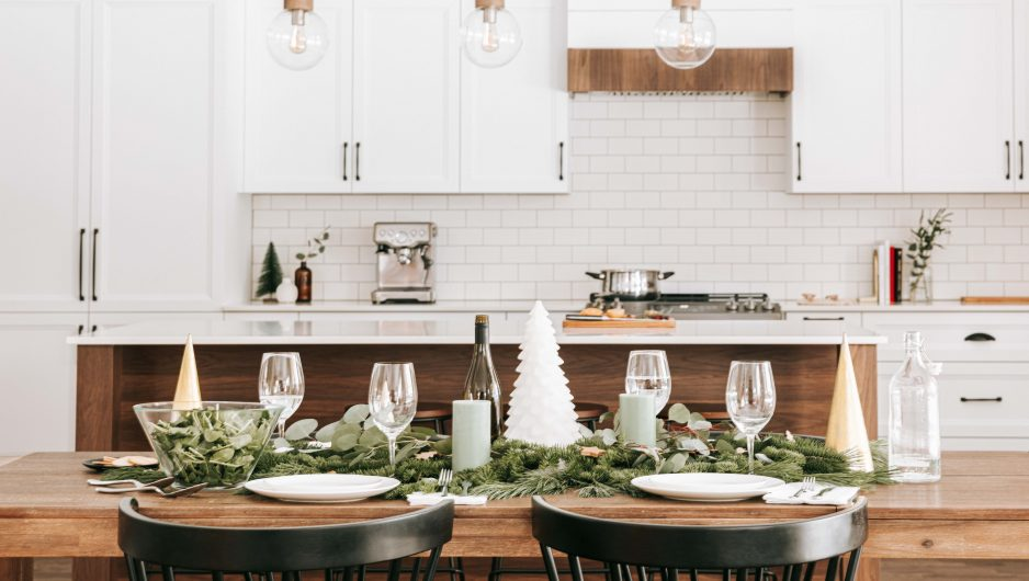 Cuisine décorée pour les fêtes de fin d'année avec quelques guirlandes et des éléments sur la table.